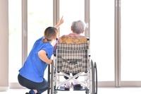 老人介護施設 窓辺でくつろぐ母