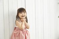 ピンクのドレスを着た日本人の女の子