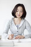 勉強する大学生