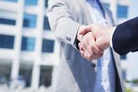 握手するビジネスマンの手元