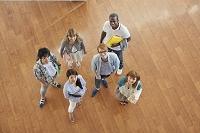 上を見上げてフロアに立つ大学生と留学生