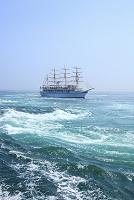 徳島県 鳴門海峡の渦潮と観光船