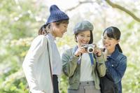 写真を撮る日本人女性