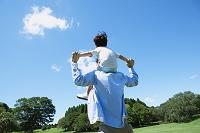 広場と肩車をする日本人親子