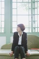 籐の椅子に座る女性