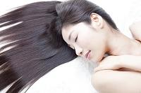 美しいストレートヘアの日本人女性