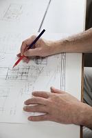 製図を描く手 建築事務所