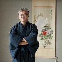 着物姿で腕組みをするシニアの日本人男性