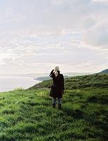 崖に立つ外国人女性