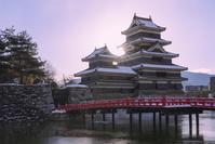 長野県 松本城と朝日