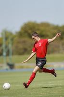 シュートを打つ外国人サッカー選手