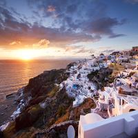 ギリシャ サントリーニ島 夕日とイアの街並み