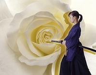 白い花と刀を持つ女性