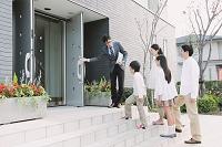 モデルハウスを見学する日本人家族