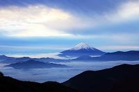 山梨県 池の茶屋林道から見た山々を覆う雲海と富士山