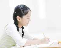 勉強する日本人の女の子