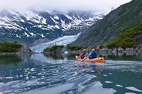 アメリカ アラスカ 氷河とシュープベイでカヤックする外国人家族
