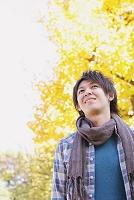 黄葉と日本人男性