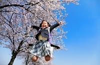 桜と新入生の笑顔