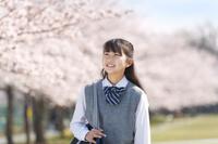 桜と笑顔の女子中学生