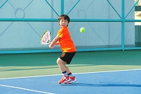 テニスの練習をする男の子