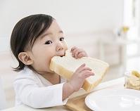食パンを食べる日本人の女の子