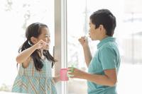 歯磨きをする日本人の兄弟