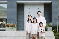 家と笑顔の家族