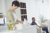 家でくつろぐ日本人のシニア夫婦