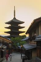 京都府 夕暮れの八坂の塔と八坂道