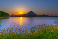香川県 朝の宮池と讃岐富士