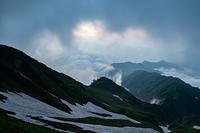 五竜山荘から見る朝の雲海と雪渓