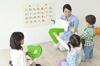 アルファベットを習う日本人の子どもたち