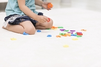 アルファベットのおもちゃで遊ぶ女の子