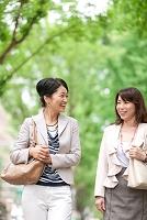 話をしながら歩く中高年女性