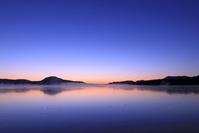 北海道 凍る屈斜路湖の朝焼けとけあらし