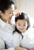 娘の頭を撫でる母親