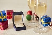 クリスマス飾りとシャンパンと贈り物