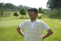 笑顔の中年男性ゴルファー