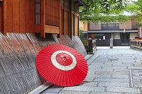京都府 祇園の町並みと蛇の目傘