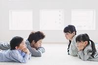 不安な表情の日本人家族