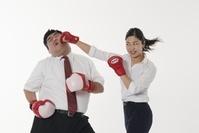 ボクシングをするビジネス女性