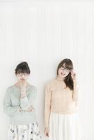 眼鏡をかけている20代女性2人