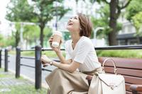 ベンチに座る日本人女性