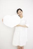 ハート型のボードを持つ日本人女性