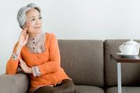 ソファでくつろいでいる日本人のシニア女性