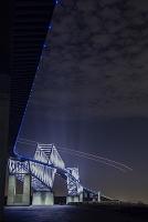東京都 東京ゲートブリッジと飛行機の光跡 夜景
