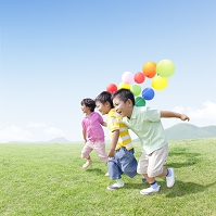 風船を持って走る日本人の子供達