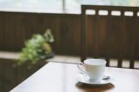 テーブルに置かれたコーヒーカップ