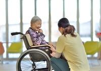 老人介護施設 ロビーでくつろぐ母